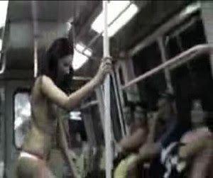 striptease en un metro para pedir lismona.