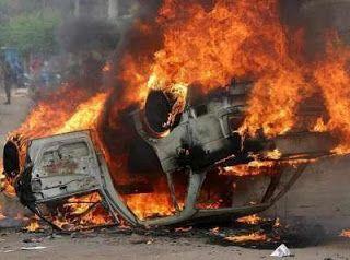 Auto del hombre prendido en fuego.