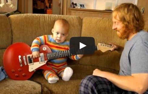 niño tocando guitarra