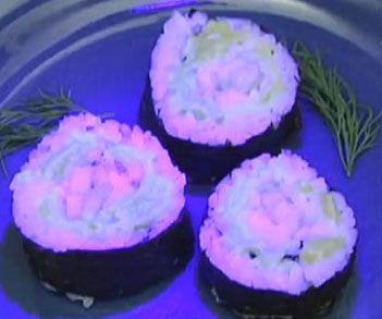 sushi con pescados luminosos