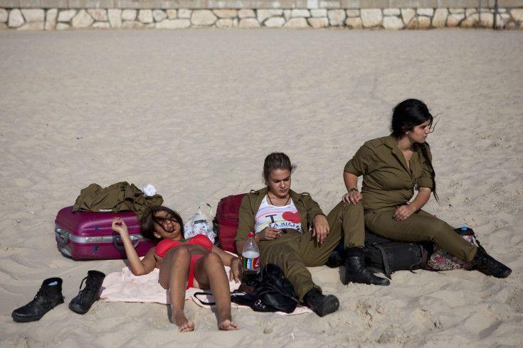 mejores fotografías – mujeres del ejercito israeli tomando sol