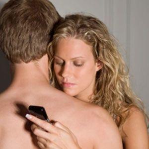 Los Jóvenes Miran su Smartphone Cuando hacen el Amor