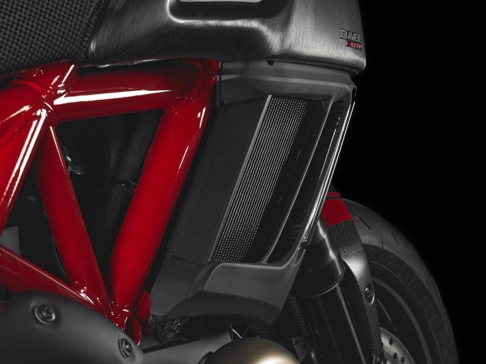 2014-Ducati-Diavel-Carbon-29
