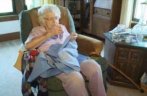 Una mujer de 99 años cose todos los días 1 vestido para una Niña Necesitada